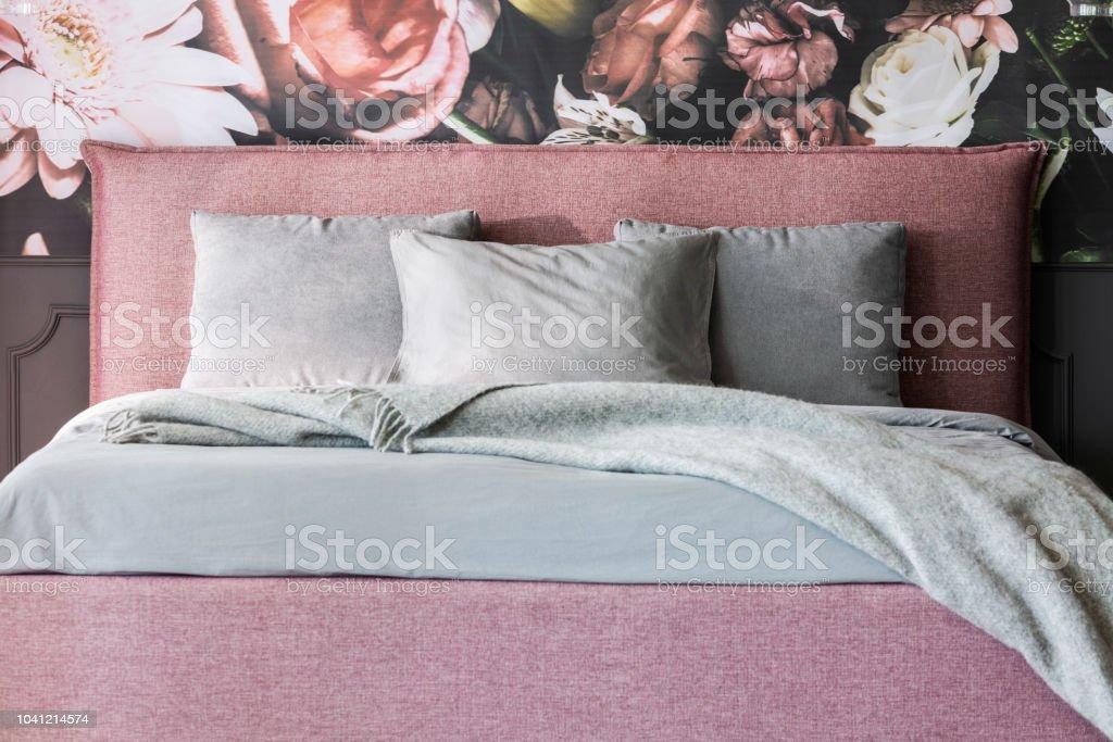 Graue Decke Und Kissen Rosa Bett Im Weiblichen Schlafzimmer ...