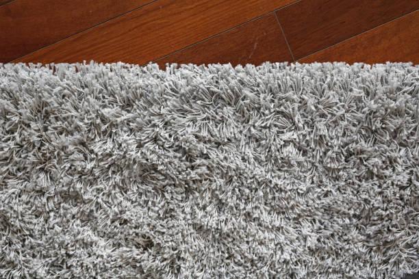 grauen teppich textur auf holz hintergrund. - hausgemachte teppichreiniger stock-fotos und bilder