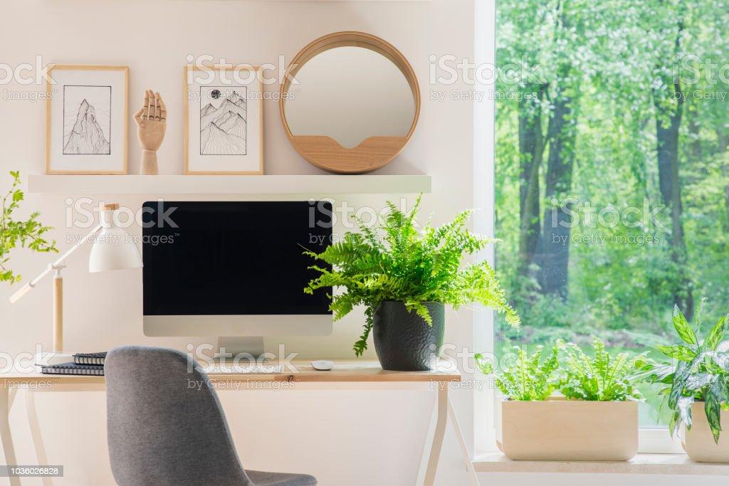 Grauer Stuhl Am Schreibtisch Mit Werk In Hellen Heimbüro Interieur