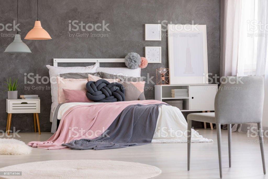 Grauer Stuhl In Rosa Schlafzimmer Stockfoto und mehr Bilder von Aloe