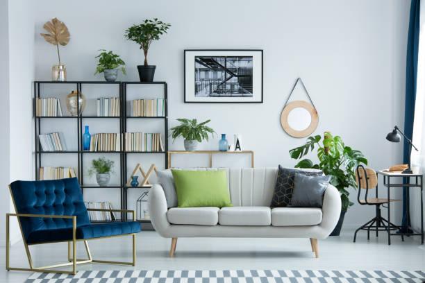 sofa mit kissen grau - wohndekoration stock-fotos und bilder