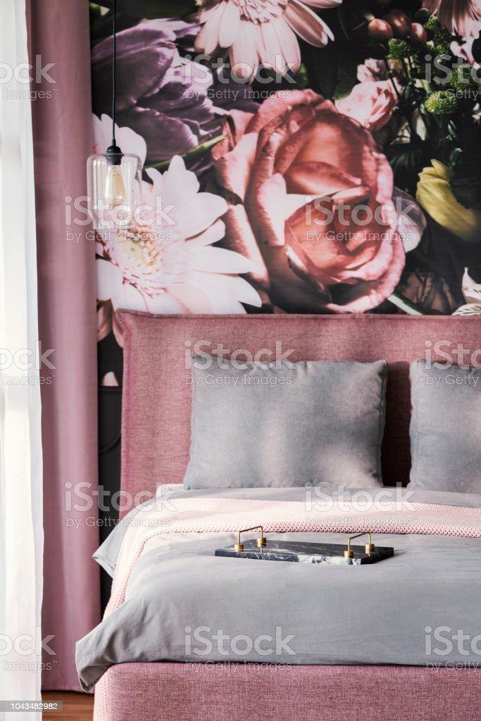 Graukissen Auf Rosa Bett Im Weiblichen Schlafzimmer ...