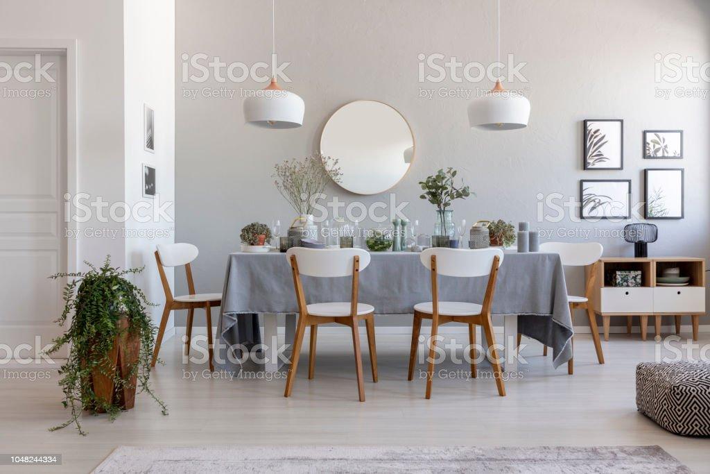 Graue Esszimmer Interieur Mit Tisch Stühlen Und Pflanze Idee Für Ein ...