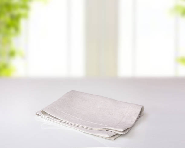 grå vikta kök duk på bordet inomhus. - servett bildbanksfoton och bilder