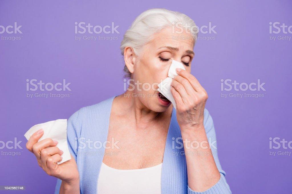 Grauen Haaren alte schöne kaukasischen Frau tragen lässige leiden unter Fieber, Husten, Niesen. Über Veilchen Pastell Hintergrund isoliert – Foto