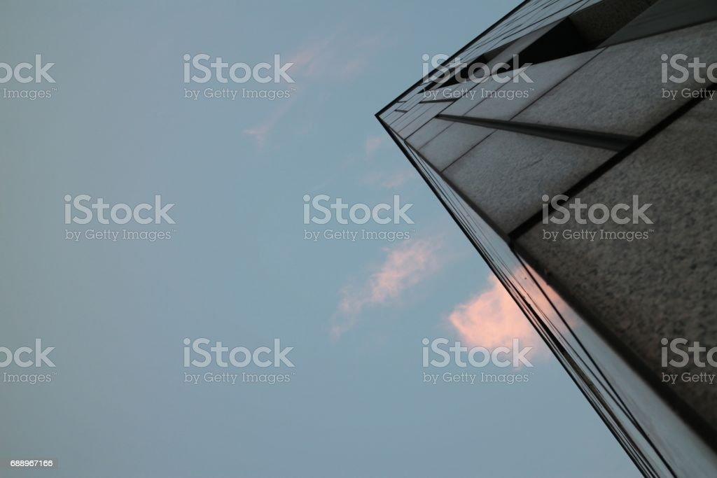 Canto do prédio cinza no céu azul - foto de acervo