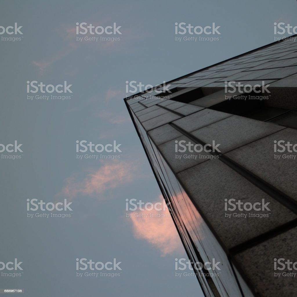 Canto do edifício de escritório cinza - foto de acervo