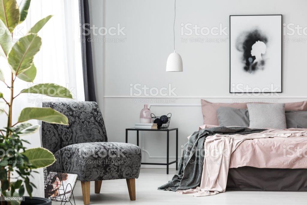 Grau Gemustert Sessel Im Schlafzimmer Stockfoto und mehr ...