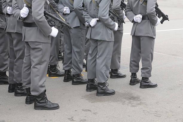 zugtruppen-grau - festzugskleidung stock-fotos und bilder