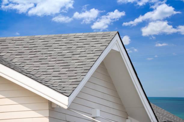 grijs dak grind met blauwe hemelachtergrond, huis dak in de buurt van de zee in de tijd van de ochtend. - dak stockfoto's en -beelden