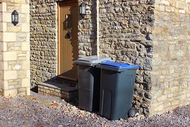 grau mülleimern von der hintertür, recycling-abfalleimer bild wheelie - mülltonnenhäuschen stock-fotos und bilder