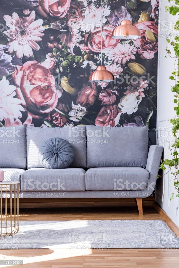 Grauen Mit Interieur Gegen Tapete Blumen Wohnzimmer Sofa Feminine In BeCxord