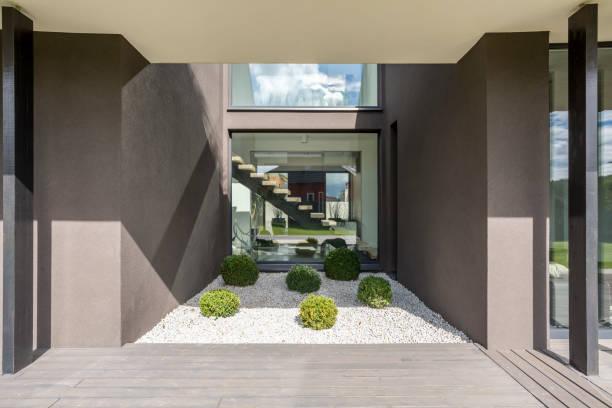 graue villa mit terrasse - zement terrasse stock-fotos und bilder