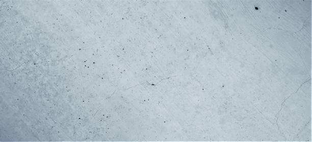Graublaue Betonwand mit diagonal gebürsteten und verputzten Strukturenm, rissenb und löchrigen Mustern. Kunstvoller Graublauer , Hintergrund im Industrial Design in Pastellblauen Farben. – Foto