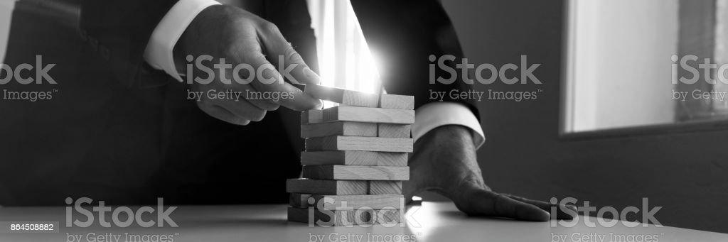 Greycale Panorama der Geschäftsmann aus Holz Domino in einem Turm platzieren – Foto