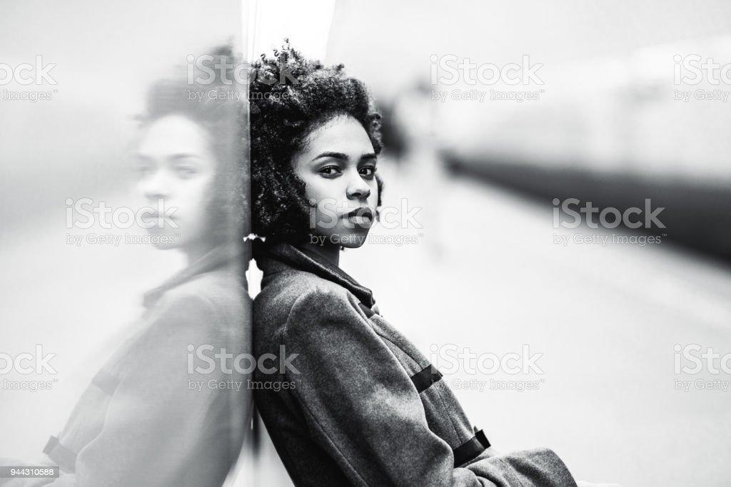 Graustufen-Porträt von schwarzen Mädchen an der u-Bahnstation – Foto