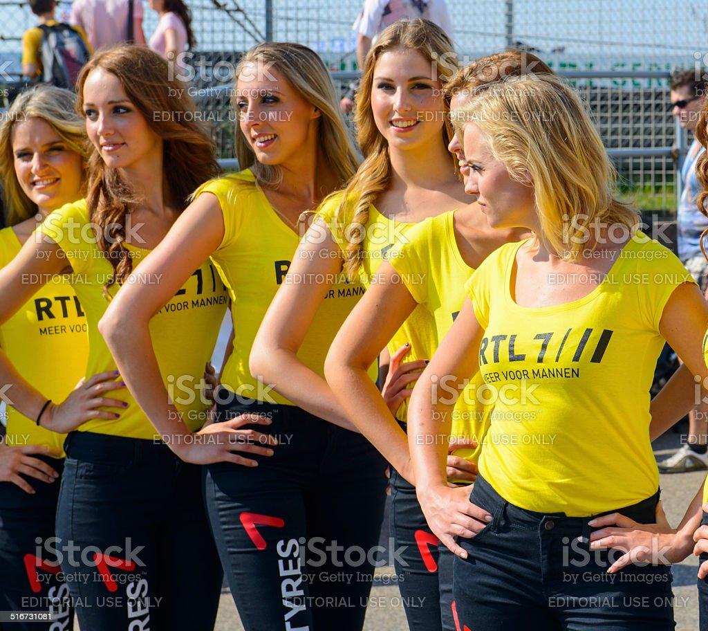 Grid filles posant dans une rangée dans le paddock - Photo