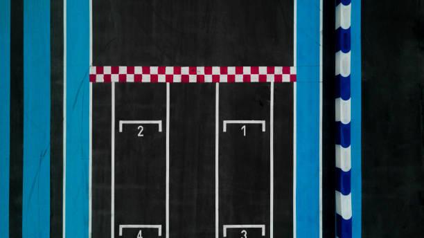 grid race start line in a car track, aerial top view of grid race start. - formula 1 стоковые фото и изображения