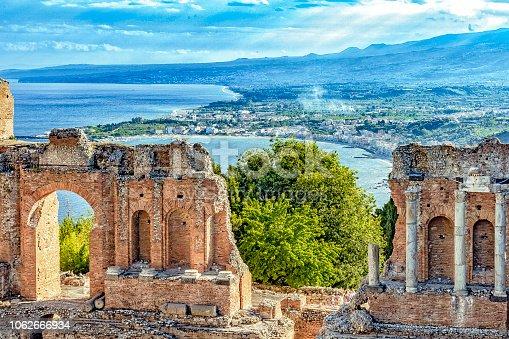 Griechisches Theater von Taormina - Bucht von Giardini-Naxos in Sizilien