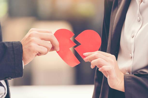 verdriet echtscheiding paar bedrijf hart gebroken. ongelukkige relatie gekwetst gevoel voor liefhebber. valentijn concept. - liefdesverdriet stockfoto's en -beelden