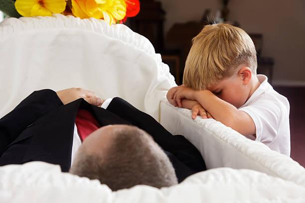 grieving little boy - funeral crying stockfoto's en -beelden