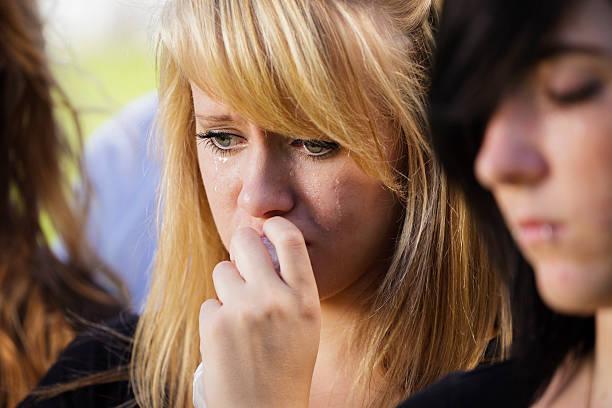 grieving teenage girl - funeral crying stockfoto's en -beelden