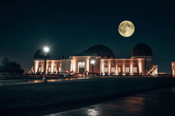 星の数千人と夜のグリフィス天文台 - 観測所 ストックフォトと画像