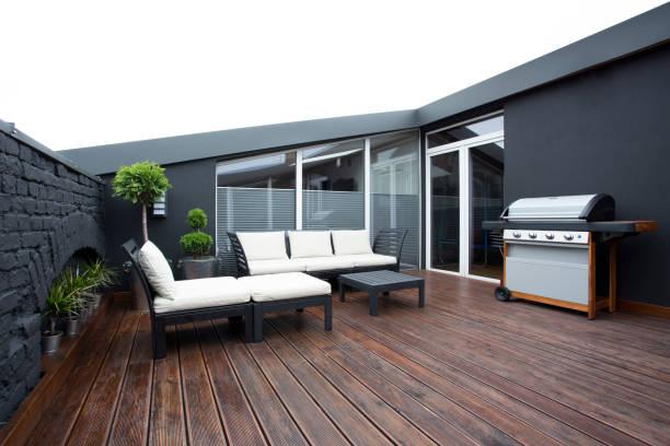 grill auf der terrasse mit pflanzen - terrasse grundstück stock-fotos und bilder