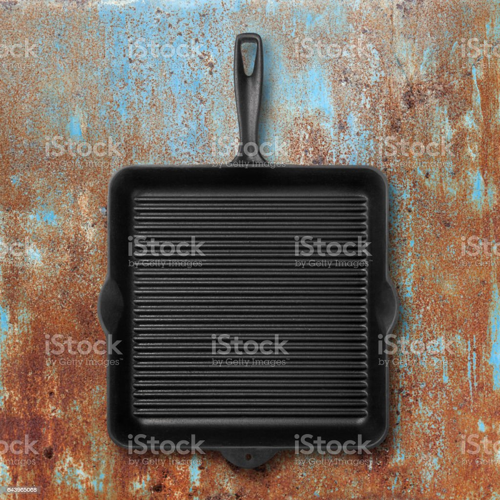 Grill pan on grunge metal background​​​ foto