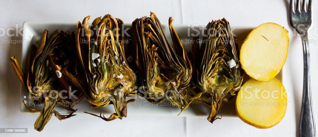 Metades de alcachofra grelhado - foto de acervo