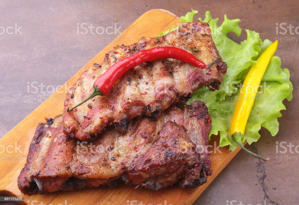 marul yaprakları, sıcak biber ve sos ahşap kesme tahtası üzerinde mangalda kaburga ızgara. - Royalty-free Ahşap Stok görsel