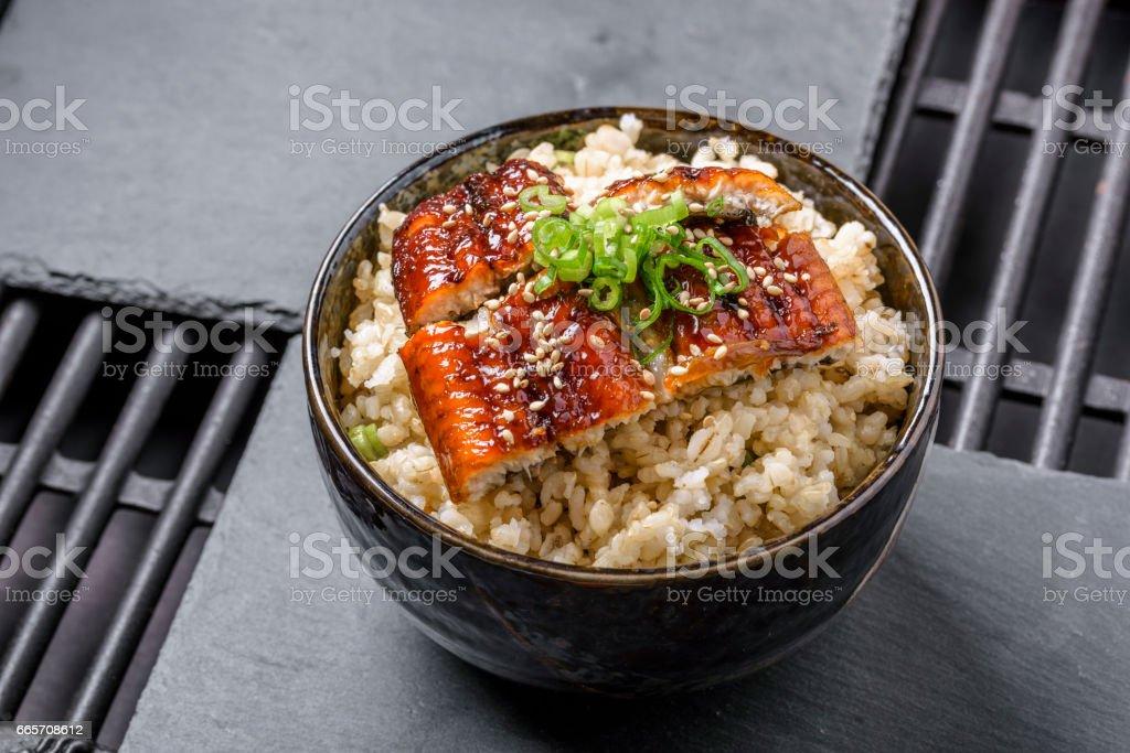 Vom Grill BBQ Aal über brauner Reis – Foto