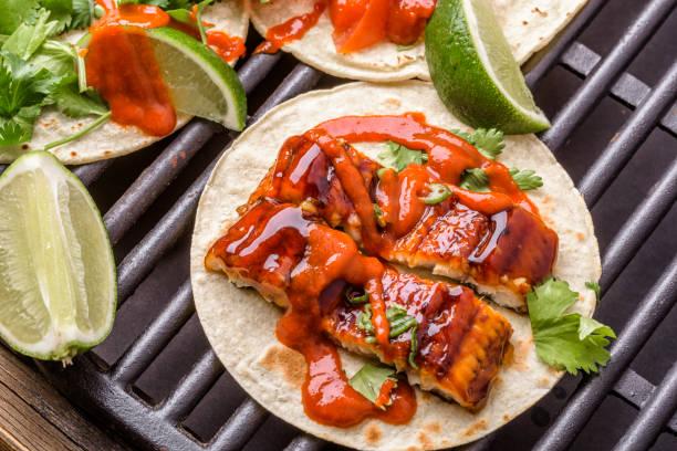 grilled bbq eel taco - peixe na grelha imagens e fotografias de stock
