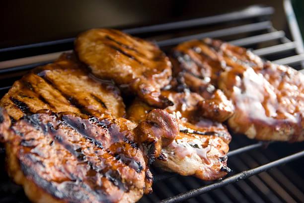 côtelettes de porc grillées au barbecue - glaçage photos et images de collection