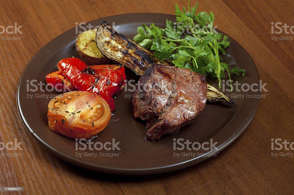 De carne de res a la parrilla sobre placa blanca con verduras. - foto de stock