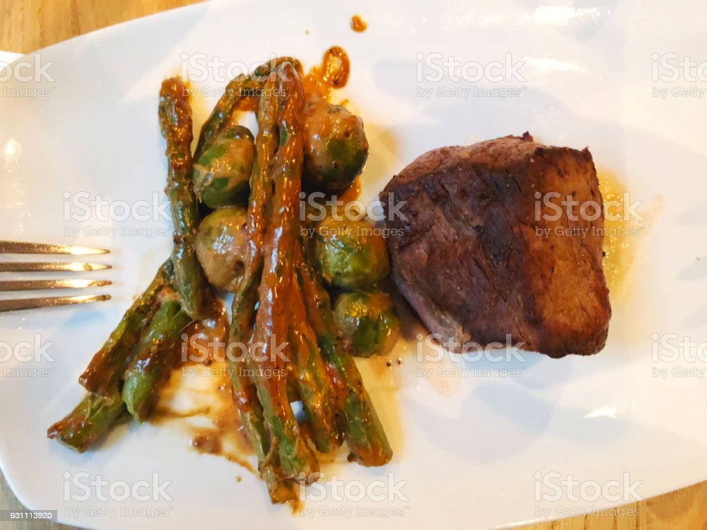 Izgara dana biftek. Sulu biftek biftek. Gurme sebze, Izgara kuşkonmaz ve Brüksel lahanası soslu biftek. - Royalty-free Akşam yemeği Stok görsel