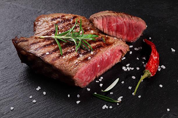 grilled beef steak with rosemary, salt and pepper - vleesdelen stockfoto's en -beelden