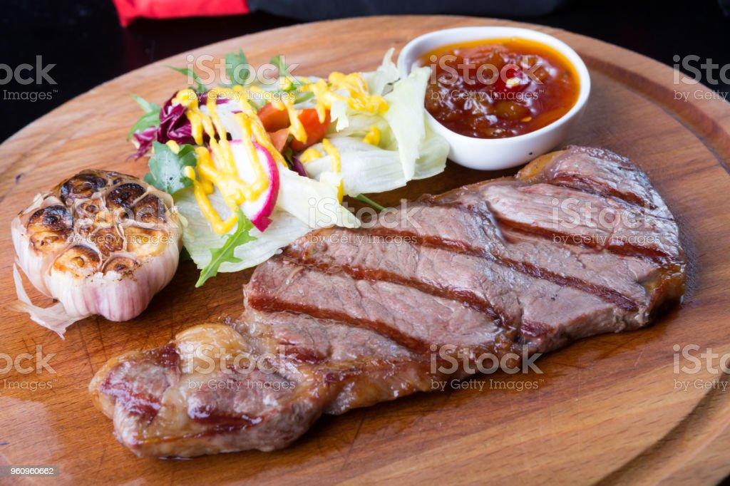 Gegrilltes Rindfleisch steak mit Salat - Lizenzfrei Blutig Stock-Foto