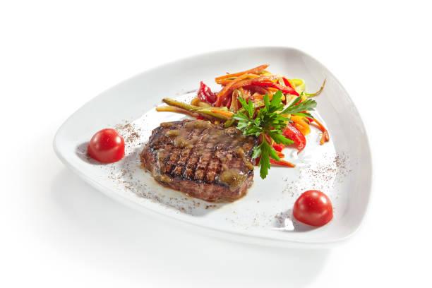 gegrilltes rindersteak mit gemüse, isolated on white background - flank steak marinaden stock-fotos und bilder