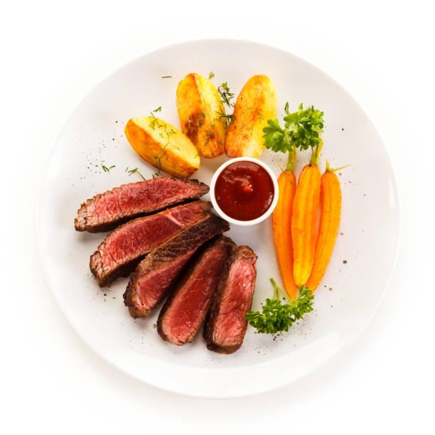 gegrilltes steak mit bratkartoffeln - schnitzel braten stock-fotos und bilder