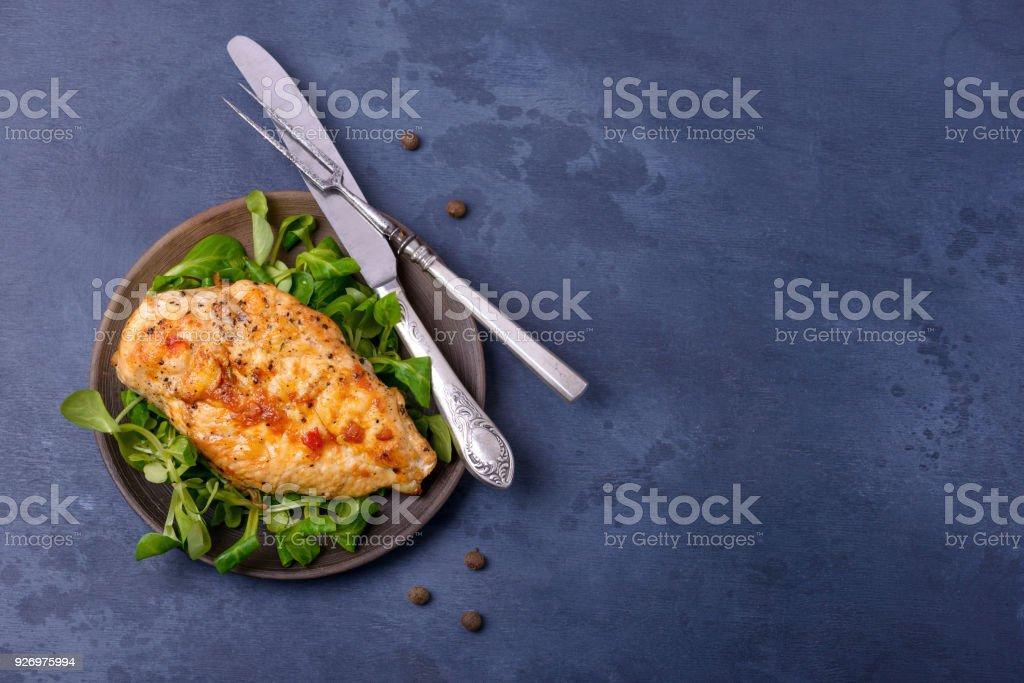 Breas grillé poulet avec salade de maïs sur plaque - Photo