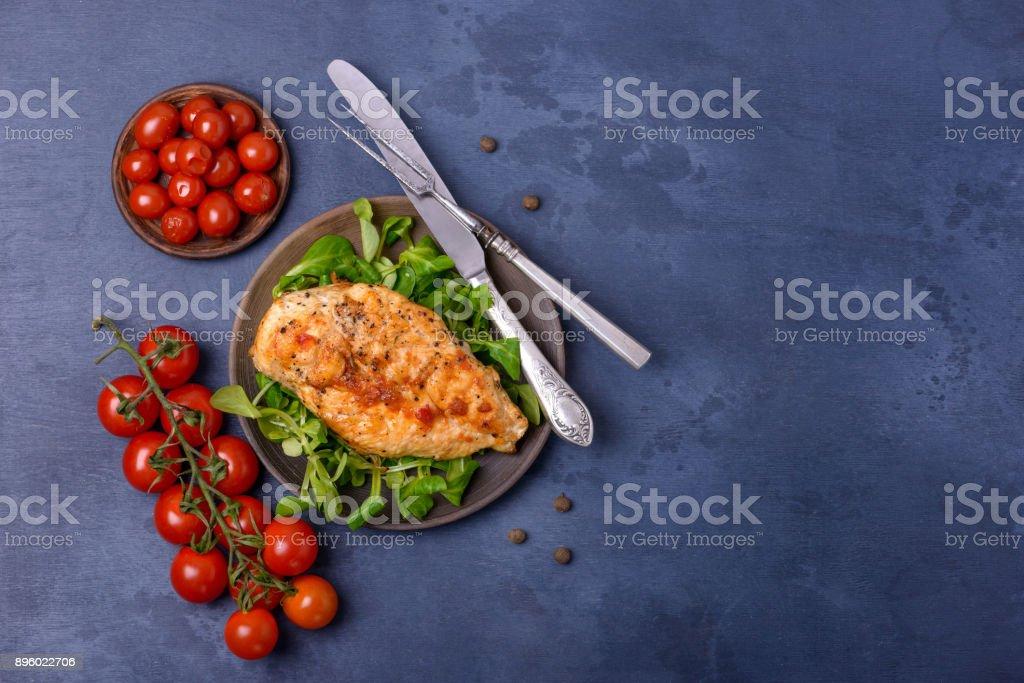 Poulet grillé breas avec verdure et tomates - Photo
