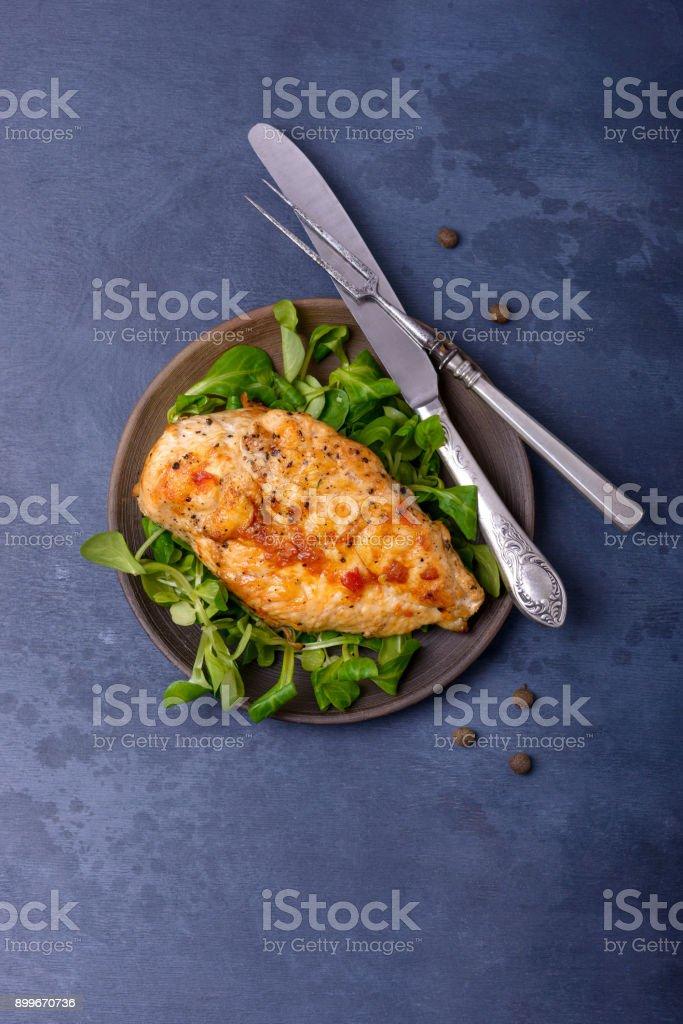 Poulet grillé breas avec verdure sur plaque - Photo