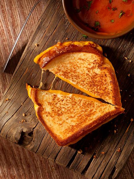 gegrillte cheddar-käse-sandwich mit tomaten-suppe - hausgemachte tomatensuppen stock-fotos und bilder