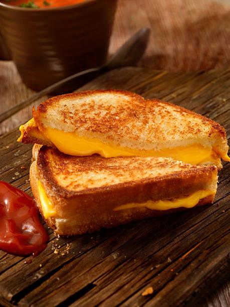 gegrilltes käsesandwich mit tomaten-suppe - hausgemachte tomatensuppen stock-fotos und bilder