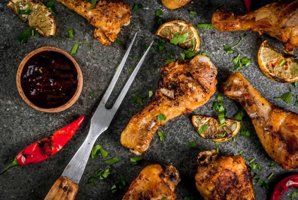gegrillte hähnchen und mais - marinade für grillfleisch stock-fotos und bilder