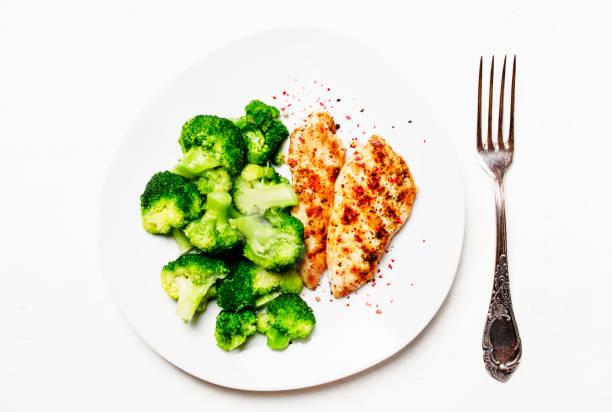 gegrillte hähnchen und grünen brokkoli, gesundes mittagessen - huhn brokkoli auflauf stock-fotos und bilder