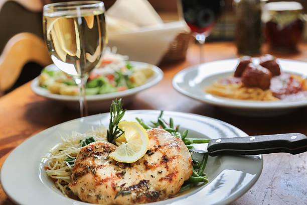 gegrilltes hühnchen und pasta - gesunde huhn pasta stock-fotos und bilder