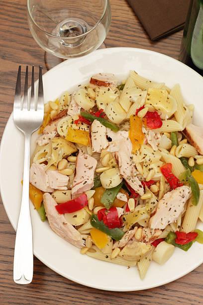 gegrilltes hühnchen und penne-salat - nudelsalat zum grillen stock-fotos und bilder