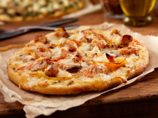 gegrilltes hühnchen und geröstete paprikaschoten pizza - fladenbrotpizza stock-fotos und bilder